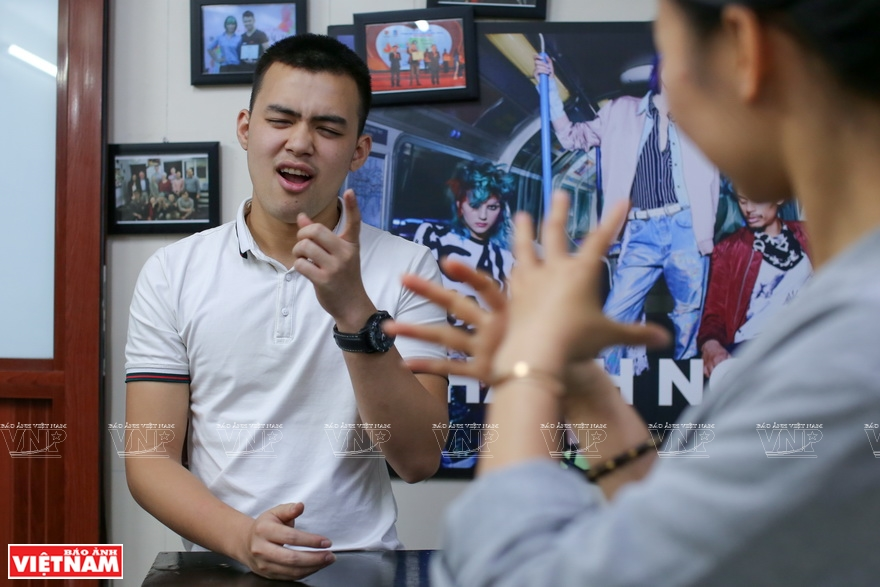 Staff in Thanh Nguyen Hair Salon communicate in sign language (Photo: VNA)