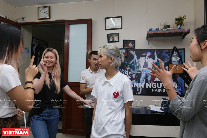 Over the years, Thanh Nguyen Beauty JSC, with Thanh as director, has offered free training for up to 50 deaf and hard-of-hearing people at Thanh Nguyen Hair Salon and numerous social campaigns (Photo: VNA)