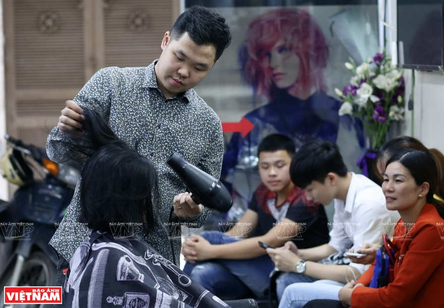 Thanh Nguyen Hair Salon, on Ton Duc Thang Street is always full of customers (Photo: VNA)