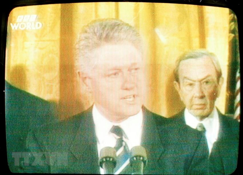 BBC channel broadcasts a special programme on US President Bill Clinton's announcement of the normalisation of diplomatic relations with Vietnam, July 11, 1995 (Photo: VNA)