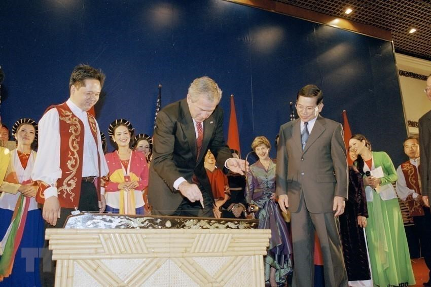 US President George W. Bush plays monochord, a traditional Vietnamese instrument, at a banquet hosted by President Nguyen Minh Triet during his official visit to Vietnam from November 17-20, 2006 (Photo: VNA)