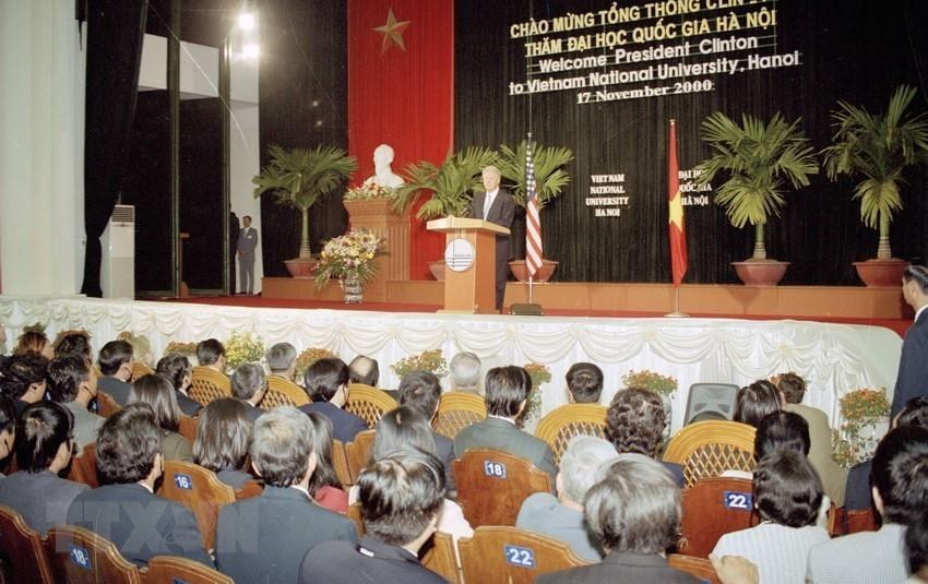 US President Bill Clinton visits and talks with lecturers and students of Hanoi National University during his official visit to Vietnam, November 17, 2000 (Photo: VNA)