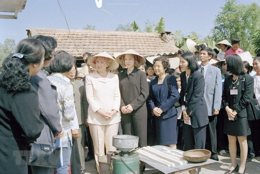 US President Bill Clinton, First Lady Hillary Clinton and their daughter visit a credit fund for the poor in Hanoi's Soc Son district, November 17, 2000 (Photo:VNA)