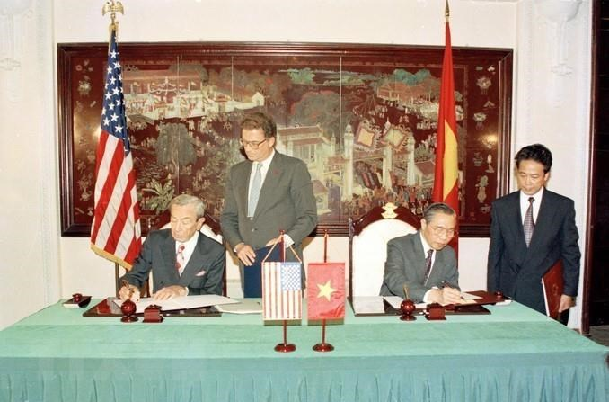 US Secretary of State Warren Christopher and Foreign Minister Nguyen Manh Cam sign the Protocol, formally establishing the Vietnam – US diplomatic relations, August 5,1995 (Photo: VNA)