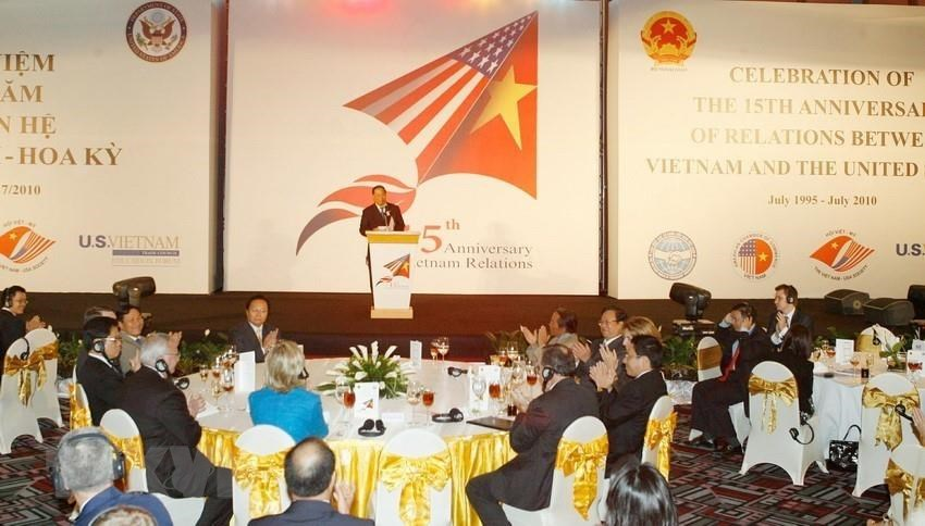 US Secretary of State Hillary Clinton and Foreign Minister Pham Gia Khiem at a ceremony in Hanoi to mark the 15th anniversary of the Vietnam-US relations, July 22, 2010 (Photo VNA)