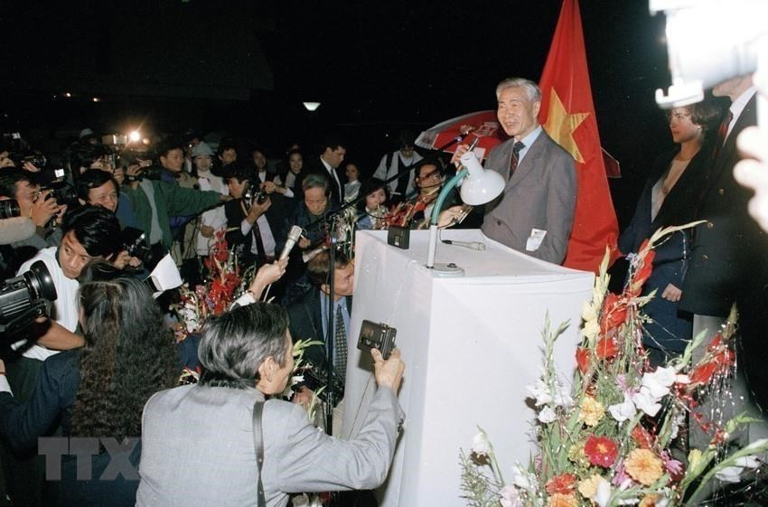Former Foreign Minister of Vietnam Nguyen Co Thach delivers a speech at a gala on the occasion of the US' lifting of the 19-year trade embargo against Vietnam at Thang Loi Hotel in Hanoi, February, 4 ,1994 (Photo: VNA)