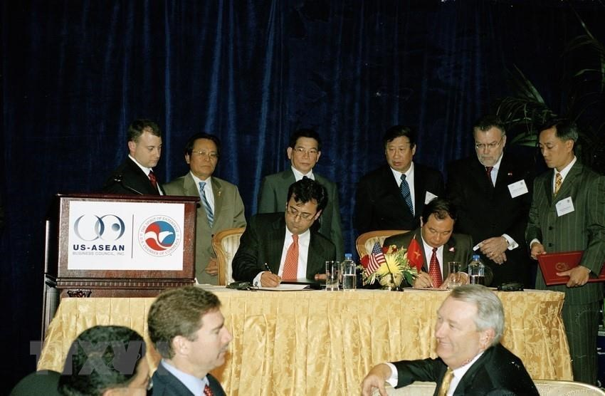 During an official visit to the United States from June 18-23, 2007, President Nguyen Minh Triet witnesses the signing of the Trade and Investment Framework Agreement (TIFA) (Photo: VNA)