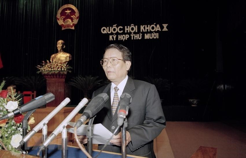 President Tran Duc Luong reads a proposal asking the National Assembly to ratify the Vietnam-US Trade Agreement, at the 10th session of the 10th National Assembly, November 23, 2001 (Photo: VNA)