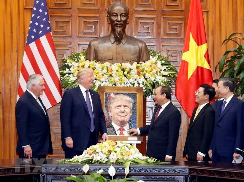 Prime Minister Nguyen Xuan Phuc presents a portrait painting to US President Donald Trump during his state visit to Vietnam and attendance at the 2017 APEC Economic Leaders' Meeting from November 11-12, 2017 (Photo: VNA)