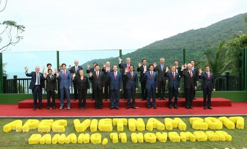 State President Tran Dai Quang, US President Donald Trump and other delegates pose for group photos when attending the 25th APEC Economic Leaders' Meeting in Da Nang, November 11, 2017 (Photo: VNA)