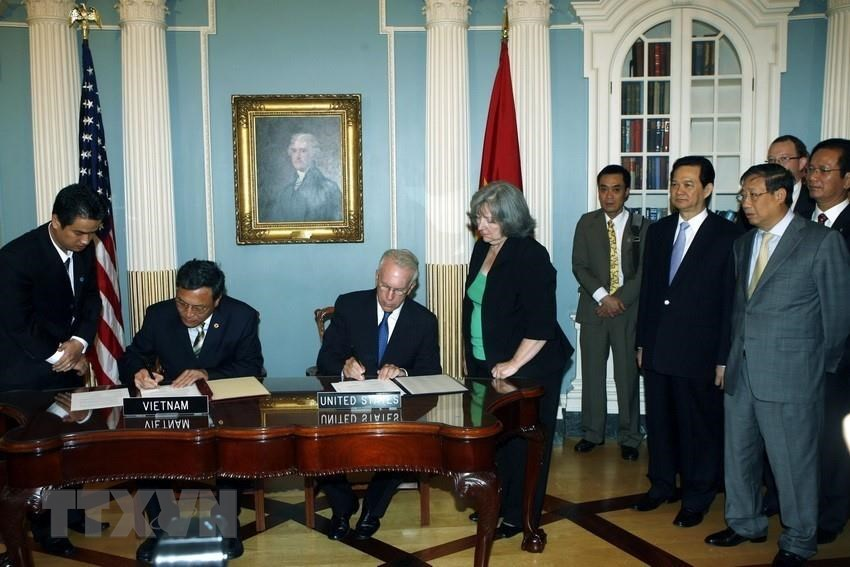 During an official visit to the United States from June 23-26, 2008, Prime Minister Nguyen Tan Dung witnesses the signing of a memorandum of understanding on education cooperation between the two countries, June 25, 2008 (Photo: VNA)