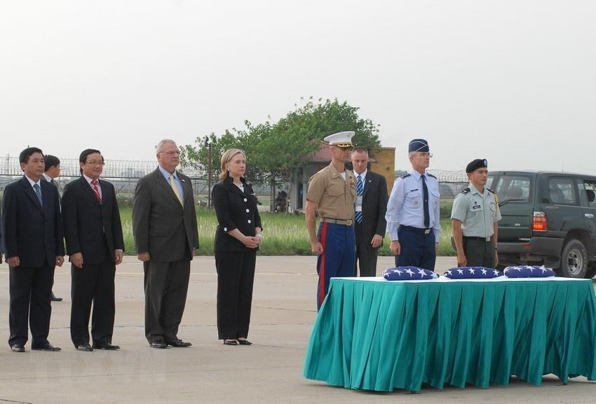 US Secretary of State, Hillary Clinton witnesses a ceremony to hand over 3 remains of US military personnel during the Vietnam War at the Noi Bai International Airport (Hanoi) July 23, 2010 (Photo: VNA)