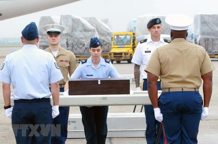 A ceremony to hand over 3 sets of remains of US soldiers during the war in Vietnam, Noi Bai International Airport (Hanoi), July 23, 2010. This is the 115th delivery of the remains of US soldiers to the United States (Photo: VNA)