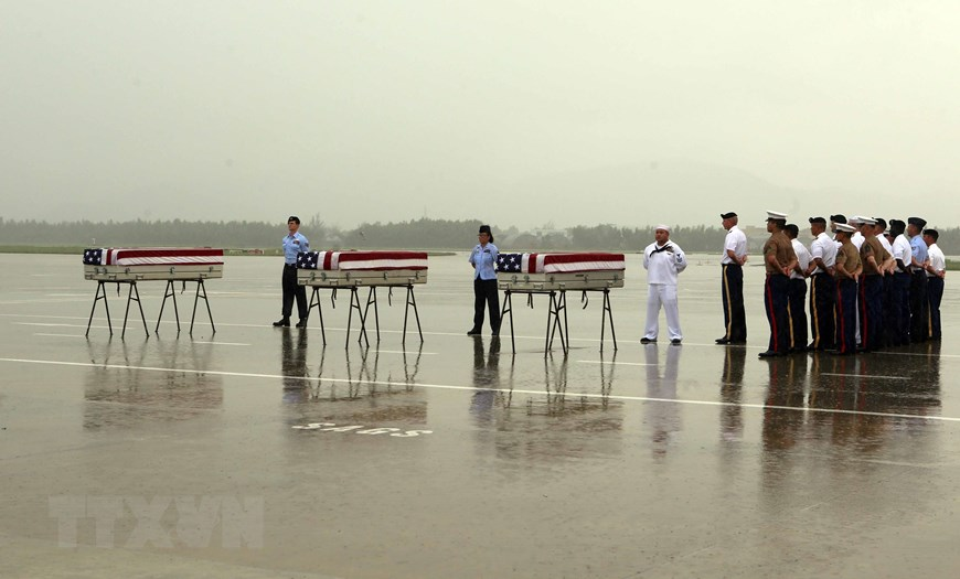The US DPAA in coordination with the Vietnamese Office For Seeking Missing Persons (VNOSMP) held the repatriation ceremony for 3 set of remains of US military personnel, Da Nang international airport, December 11, 2018. This is the 147th time Vietnam has handed over the remains of US soldiers (Photo: VNA)