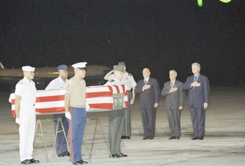 US President Bill Clinton attends a ceremony to receive the remains of three US soldiers handed over by the Vietnamese missing people searching committee at Noi Bai International Airport (Hanoi) November 18, 2000, during his official visit to Vietnam (Photo: VNA)
