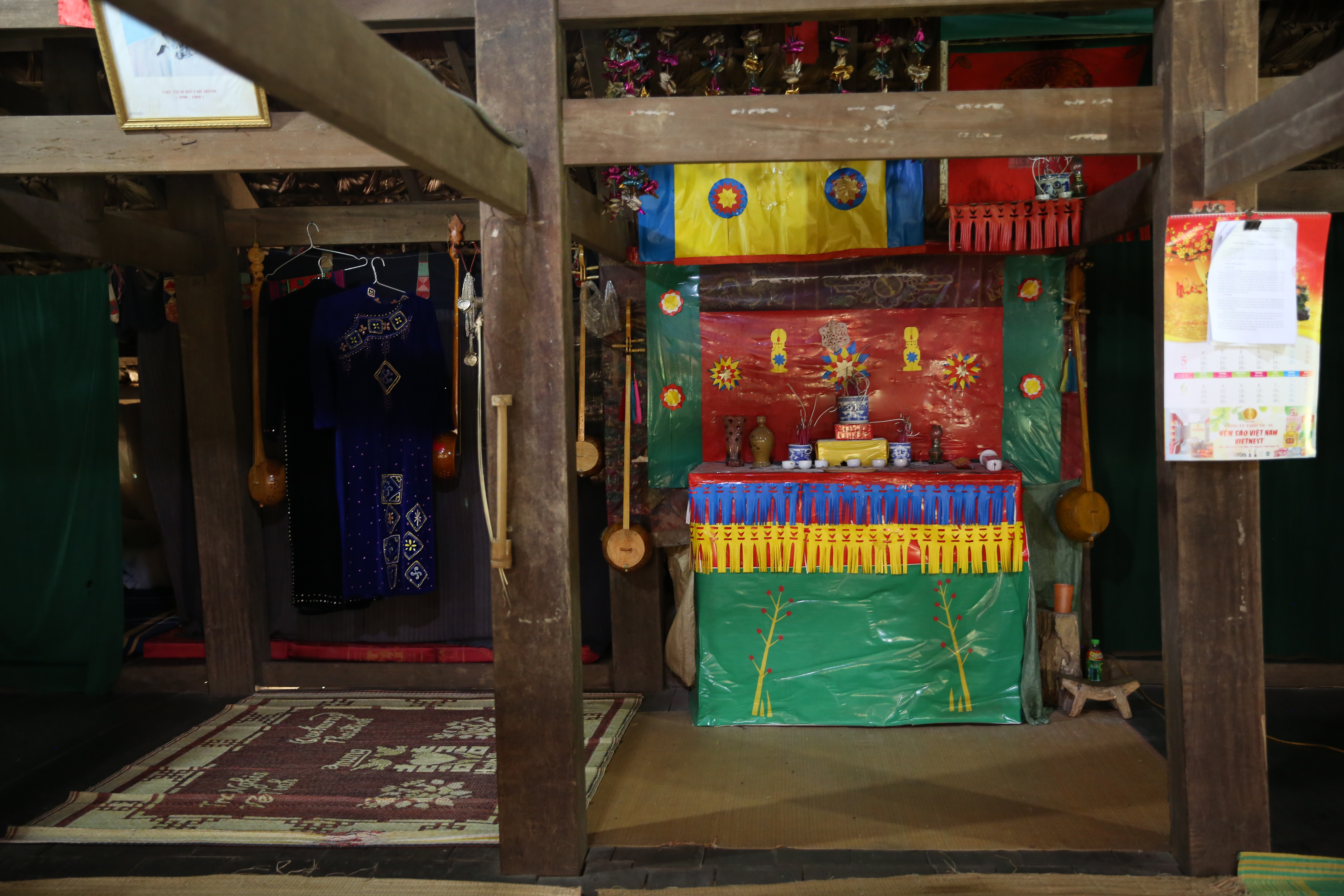 Tay people's altar is placed in the middle of the house (Photo: VNA)