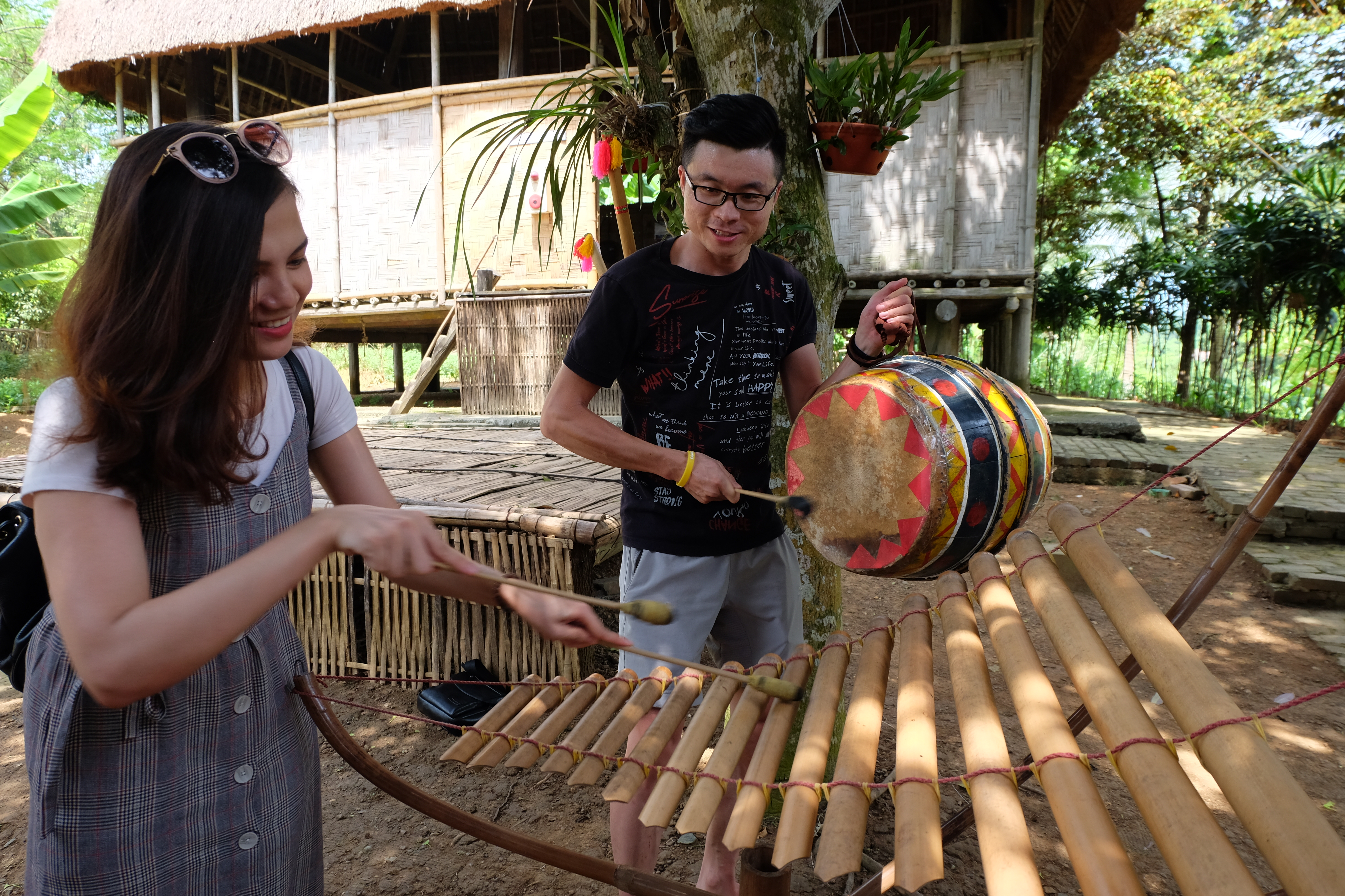 Youngsters try to play Xo Dang people's traditional music instruments (Photo: VNA)