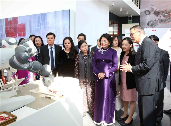 Vice President Dang Thi Ngoc Thinh and delegates view an automated product of ABB Group (Photo: VNA)