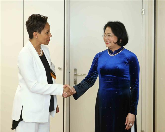 Vice President Dang Thi Ngoc Thinh (R) meets Quebec's Minister of International Relations and La Francophonie Nadine Girault (L), Basel, Switzerland, July 4 (Photo: VNA)