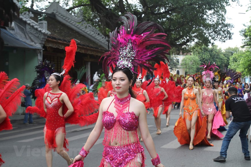 Over 100,000 artisans, artists and people of the capital city join a lively street festival in the pedestrian streets around Hoan Kiem Lake (Photo: VNA)