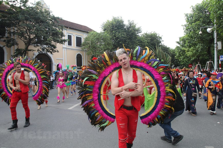 International artists join the street carnival (Photo: VNA)