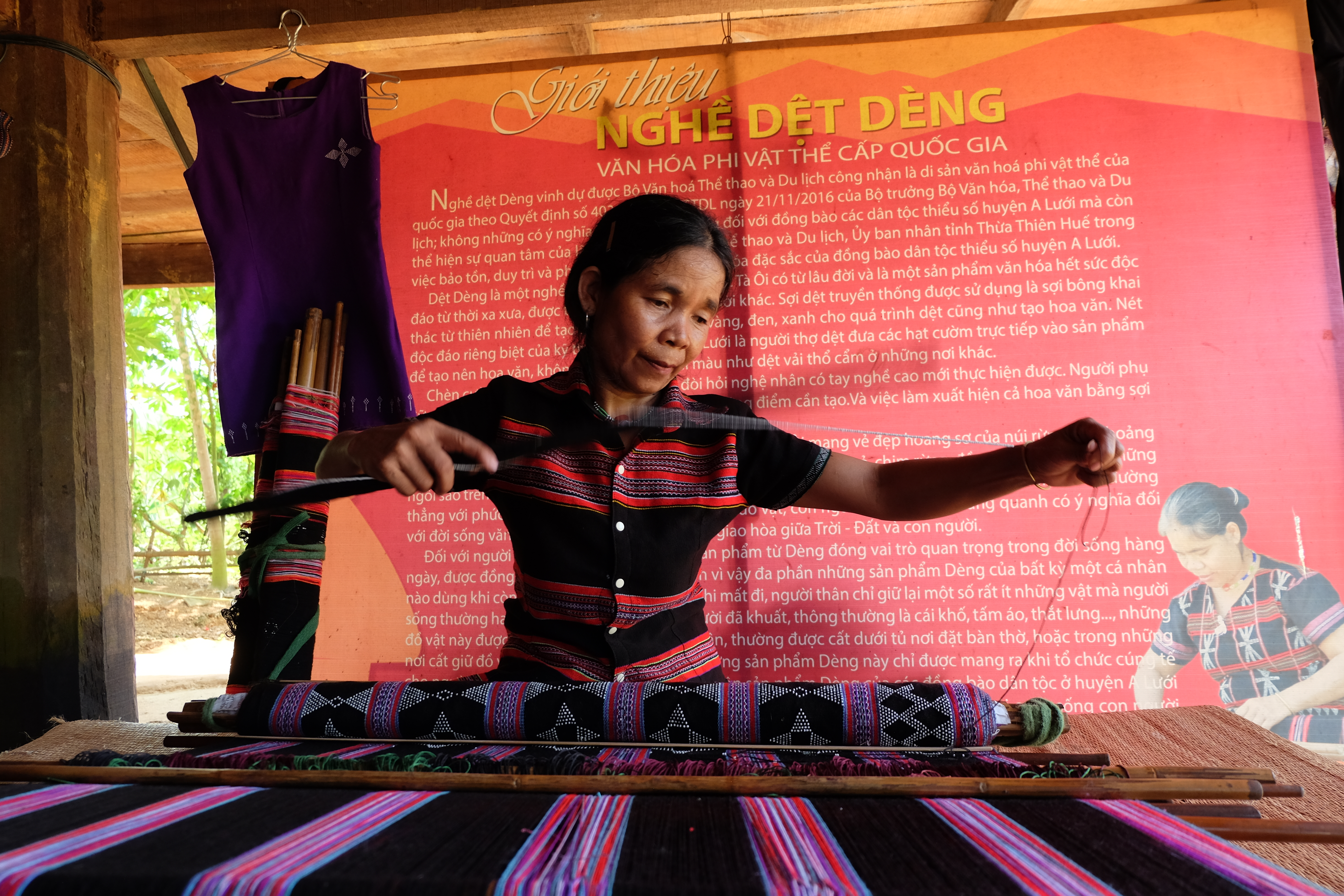 The craft has a long history in the locale. Zeng weaving has been well preserved through generations in A Luoi, where women play a very important role in teaching their daughters about the cultural practice (Photo: VNA)