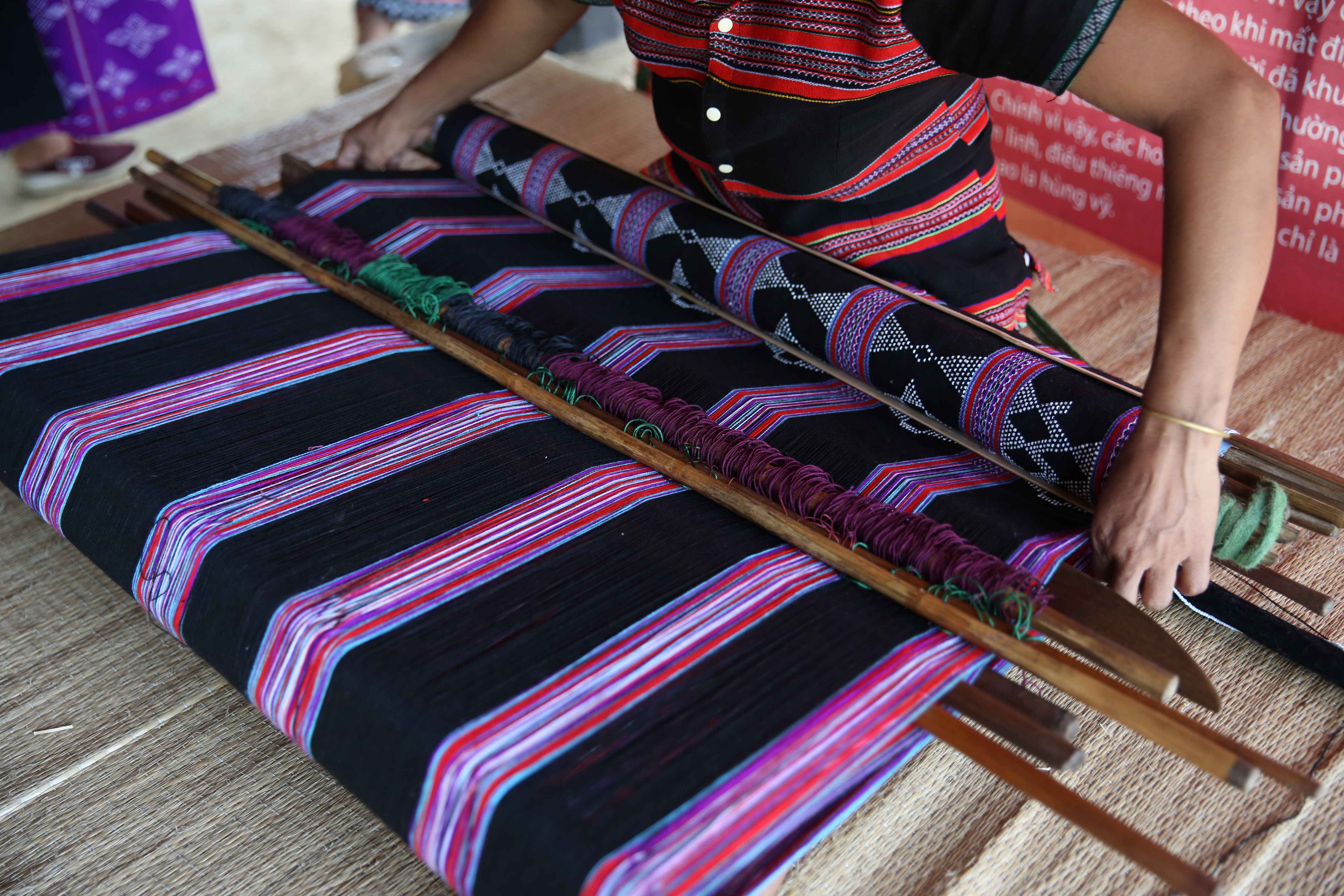 After having a dyed fabric, the Ta Oi woman starts weaving on frame made from bamboo or wooden pieces and quite simple and compact. Thanks to that, Ta Oi women can bring their looms to anywhere to weave whenever they have free time (Photo: VNA)