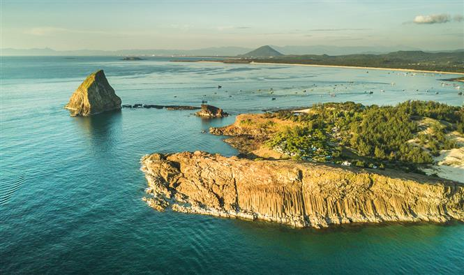 High contrast between golden islets and turquoise blue ocean at dawn at Yen islet (Photo: VNA