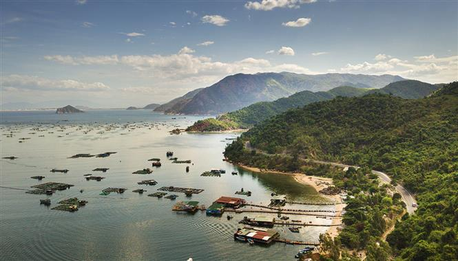 Vung Ro Bay is a natural boundary between two south central provinces of Phu Yen and Khanh Hoa. It is a small but beautiful bay in Hoa Xuan Nam Commune, Dong Hoa District, Phu Yen (Photo: VNA)