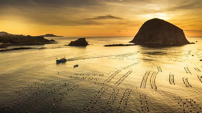 Golden dawn over Yen islet (Photo: VNA)