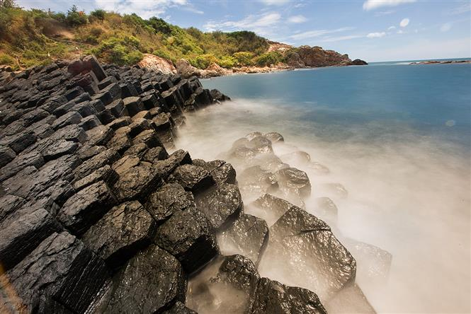 Ghenh Da Dia is the symbol of Phu Yen province. From afar, the rocky shore resembles a gigantic natural beehive because of its hexagonal rocks on the surface and tall columns (Photo: VNA)