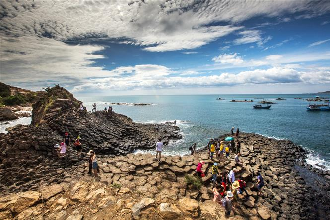 Ghenh Da Dia is one of the most popular destinations for visitors to Phu Yen province. Formed by volcanic eruptions from millions of years ago, the rocky shore of Ghenh Da Dia has unique shapes of round, hexagon, pentagon and polygon (Photo: VNA)