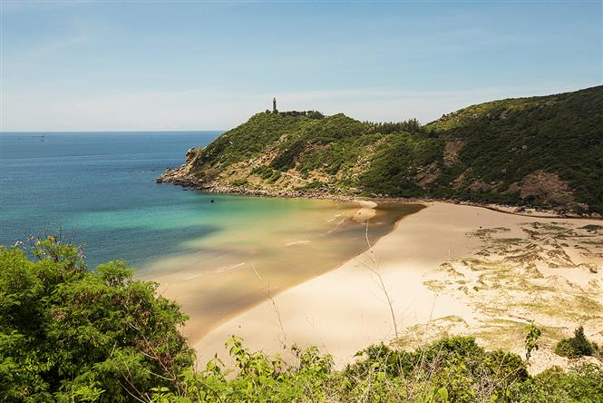 Dai Lanh Cape Point, also known as Mui Dien, is a small branch of Truong Son mountain range that points to the ocean. The cape point is one of the eastern-most locations of Vietnam, with two hard-to-reach destinations: Dai Lanh lighthouse and pristine Bai Mon (Mon Beach) (Photo: VNA)