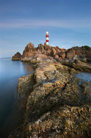 The lighthouse of Den cliff helps navigate maritime activities in Xuan Dai and Chao bays and is about 30km from Tuy Hoa city, Phu Yen province (Photo: VNA)