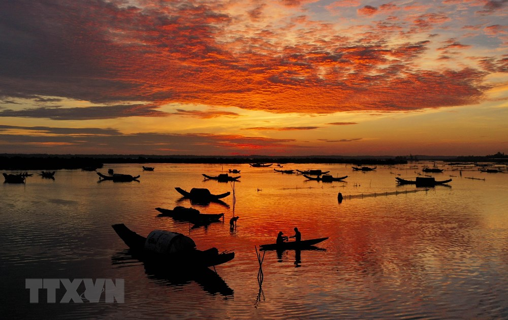 Quang Loi lagoon, part of Tam Giang lagoon system, at dawn (Photo: VNA)