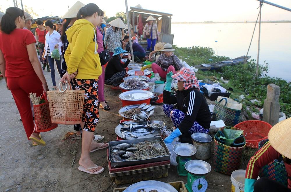 A fishing market on the bank of Tam Giang lagoon (Photo: VNA)