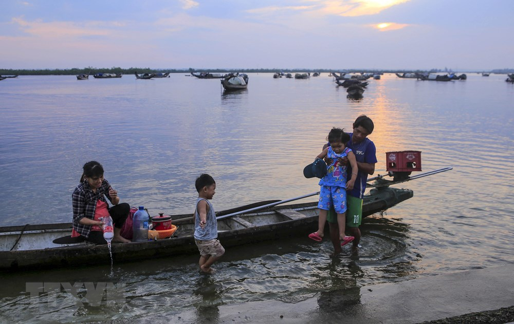 A fisherman family returns home after a fishing night on the lagoon (Photo: VNA)