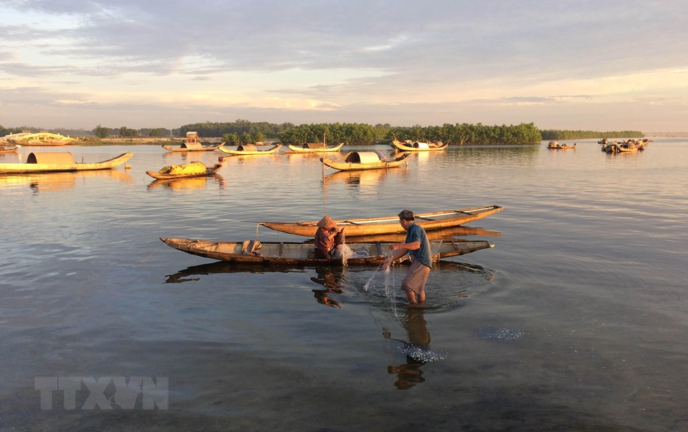 Fishermen catch fish on Tam Giang lagoon (Photo: VNA)