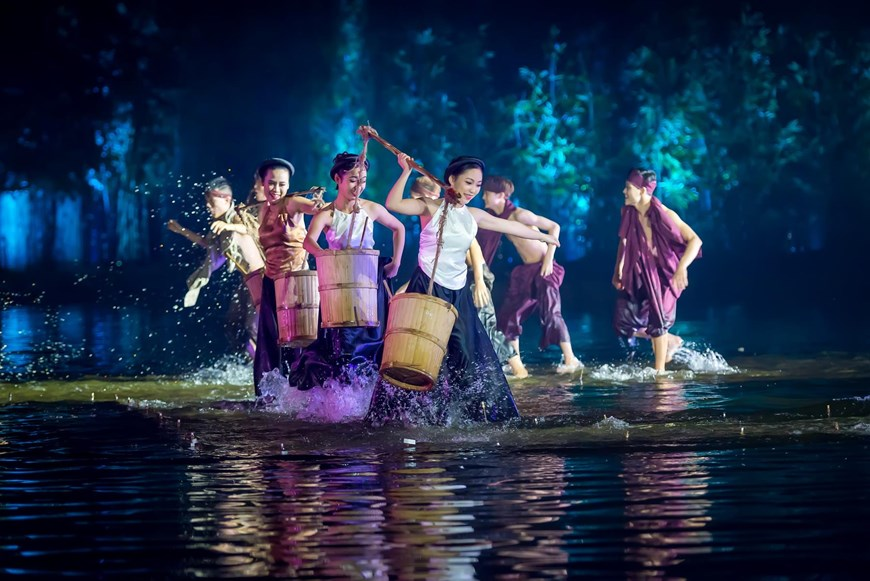 The 60-minute show depicts peaceful landscapes and the unique heritage of the northern region as well as Vietnamese history and culture from a contemporary perspective, portrayed with the help of hundreds of performers, an interactive stage and state-of-the-art technology (Photo: VNA)