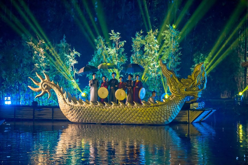 Last year, the show was recognised for using the largest water stage in Vietnam (4,300 square metres) and the most cast members who are farmers (150 people) in the Vietnam Guinness Book of Records (Photo: VNA)