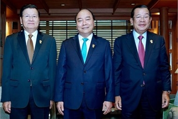 Vietnamese Prime Minister meets with Lao, Cambodian counterparts