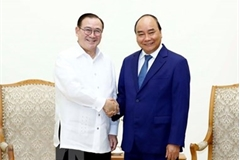 Prime Minister Nguyen Xuan Phuc hosts Philippine Foreign Minister