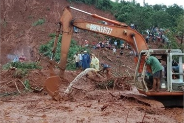Family of three buried under landslides in Dak Nong province