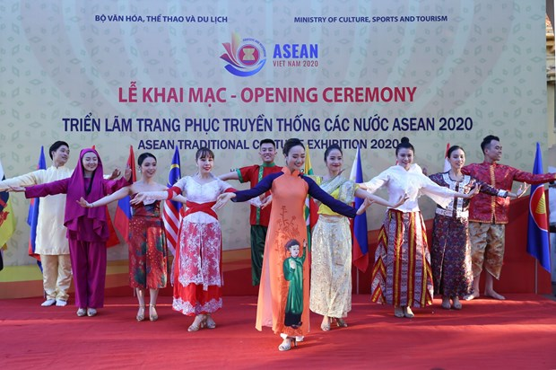 ASEAN 2020: Exhibition on ASEAN traditional costumes opens in Hanoi hinh anh 1