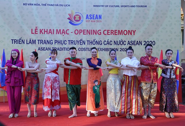 ASEAN 2020: Exhibition on ASEAN traditional costumes opens in Hanoi hinh anh 2