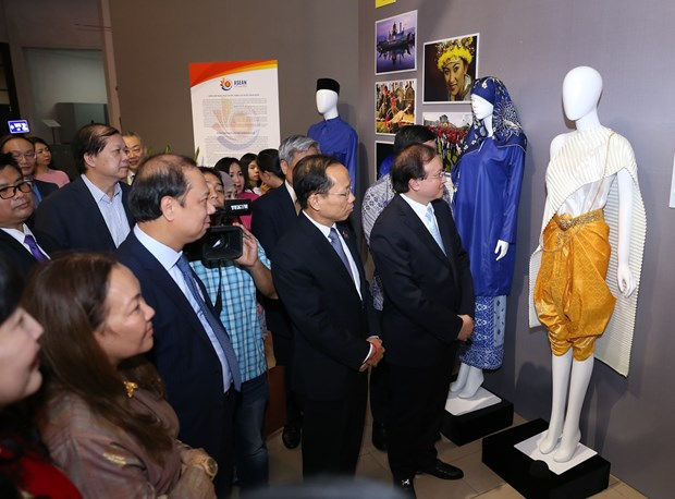 ASEAN 2020: Exhibition on ASEAN traditional costumes opens in Hanoi hinh anh 4