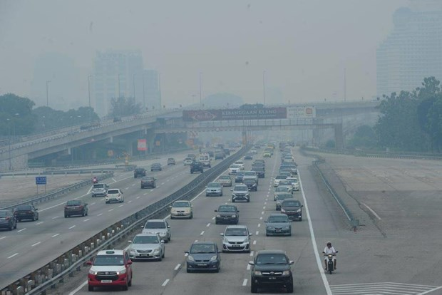 Malaysia closes hundreds of schools as haze hits unhealthy level hinh anh 1