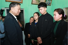 Minister visits families of police officers died in disturbance in Dong Tam