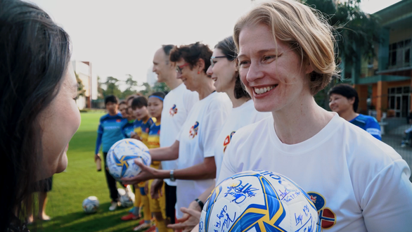 Ambassadors send Tet greetings, gender equality messages with female footballers hinh anh 1