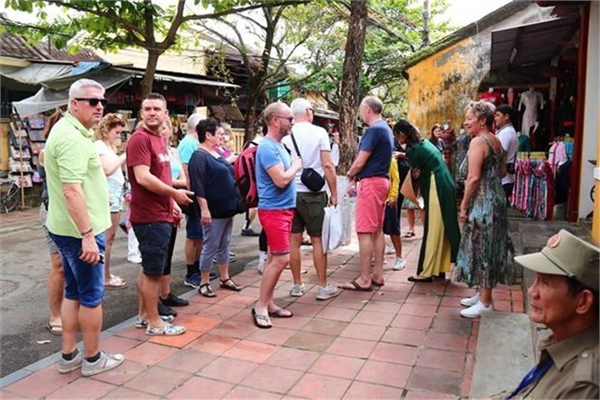 Travel agencies urged not to receive tourists from countries hit by COVID-19